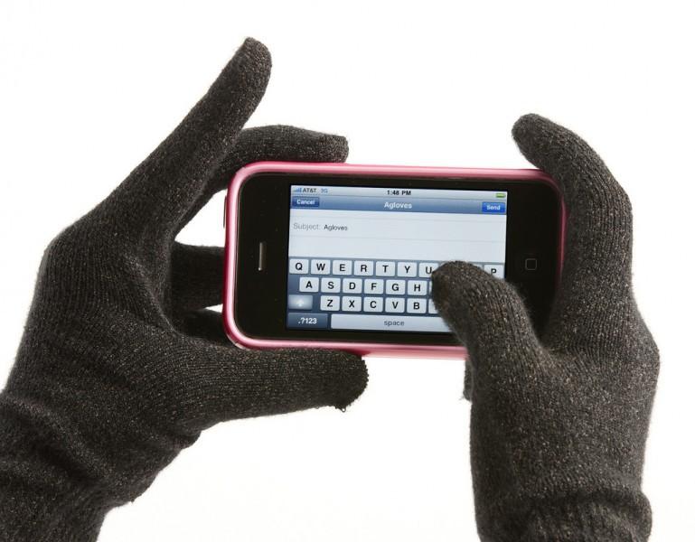 Мама с дочерью продали 170 тыс. вязаных перчаток для работы с сенсорным экраном на морозе