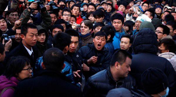 Apple приостановила продажи iPhone 4S в Китае из-за чрезмерной агрессивности покупателей