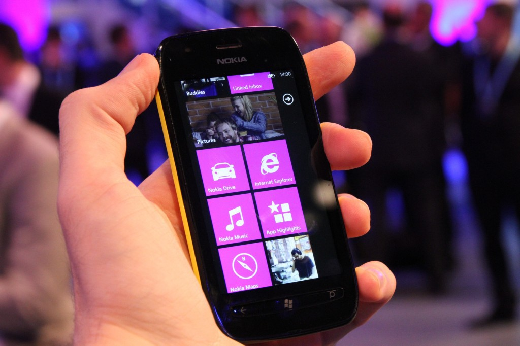 Stuff-обзор: Nokia Lumia 710 - WP7 дешево
