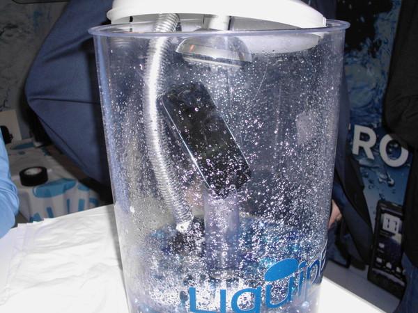 Технология Liquipel надежно защитит телефон от воды