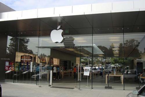 На Apple подали в суд за стеклянную дверь магазина