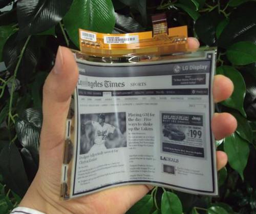 LG запускает в массовое производство первый в мире гибкий дисплей из электронной бумаги