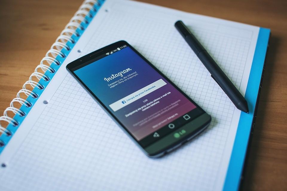 В социальная сеть Instagram  возникла  функция публикации 10 фото водном посте