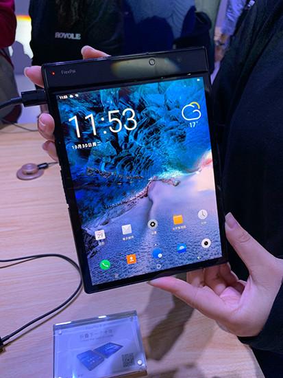 Китайцы создали первый в мире складной смартфон с гибким экраном. Он получил супермощный чипсет Qualcomm Snapdragon 8150