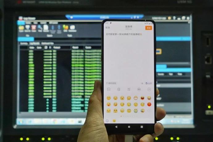Глава Xiaomi показал первый 5G-смартфон компании