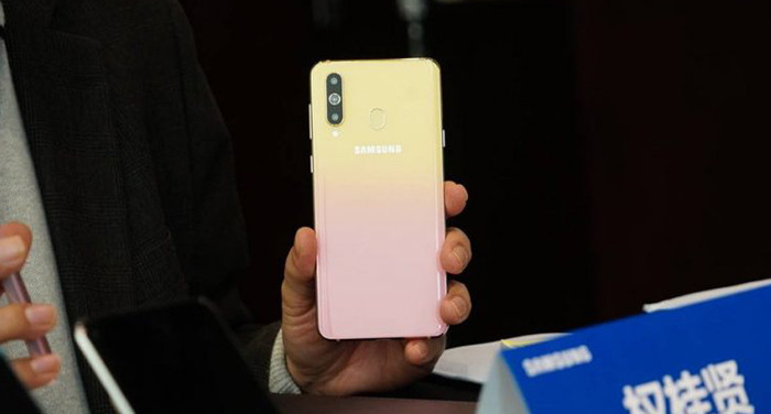 Samsung представила няшный смартфон для девушек