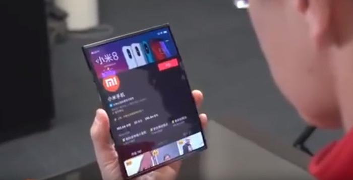 Xiaomi показала свой первый складной смартфон с гибким экраном