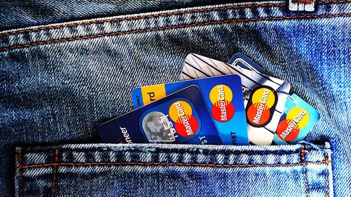 Вскоре все российские магазины заставят принимать банковские карты