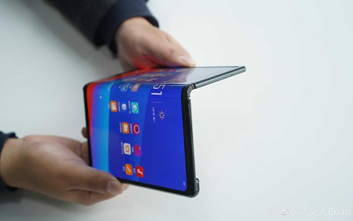 MWC 2019. Oppo показала смартфон-книжку с гибким AMOLED-экраном