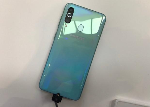 Смартфон Samsung Galaxy A60 получил экран с «дыркой» и функцией динамика