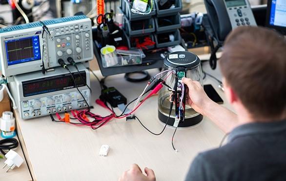 Футуристические технологии в бытовой технике: «танцующий» чайник с подсветкой, умная капсульная кофеварка и другие новинки REDMOND Smart Home
