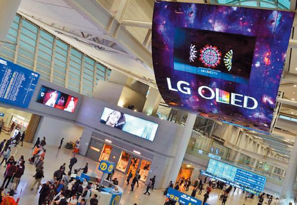Видеостена из 140 изогнутых 55-дюймовых OLED-панелей LG Electronics установлена в международном аэропорту Инчхон в Южной Корее. Дисплеи OLED построены на основе органических светодиодов, излучающих свет при прохождении через них электрического тока