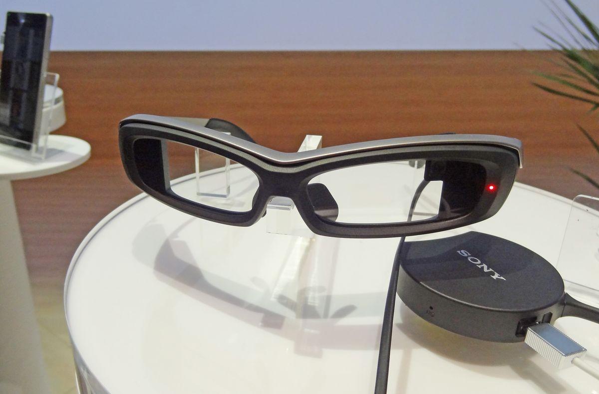 IFA: Умные очки Sony «переносят» в 80-е