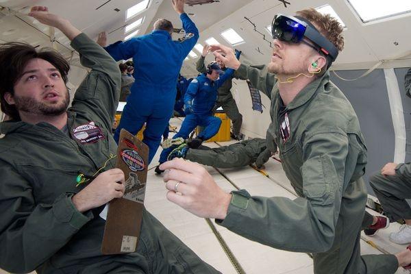 Шлем Microsoft HoloLens отправляется на МКС, чтобы помогать команде в технических работах