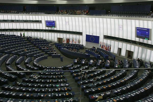 Европейский закон о сетевом нейтралитете отменяет плату за роуминг — но его все равно ругают