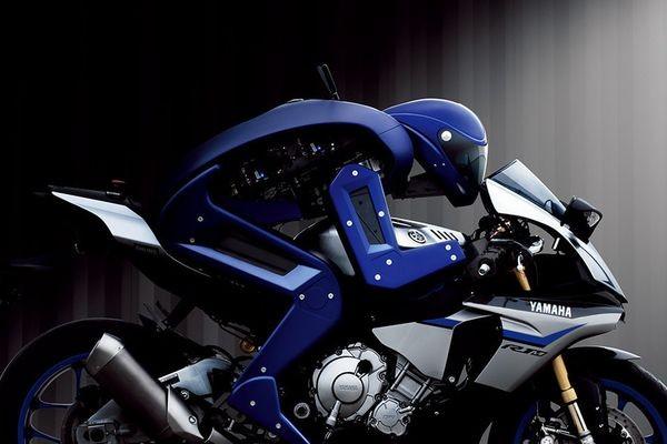 Робот-мотоциклист готовится к соревнованиям с чемпионом мира