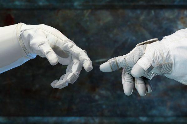 Люди и роботы на МКС: пятнадцать лет плечом к плечу