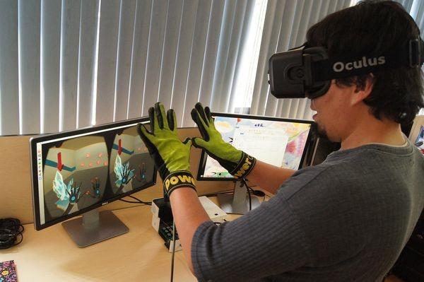 Шлем виртуальной реальности дополнили перчатками, позволяющими ощущать тепло и холод в цифровом мире