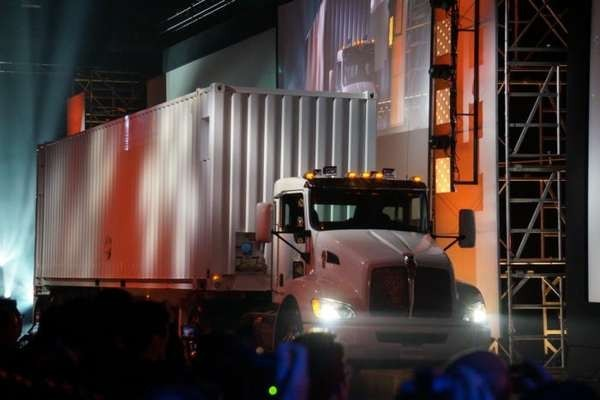 Amazon создал грузовой автомобиль для транспортировки данных между дата-центрами