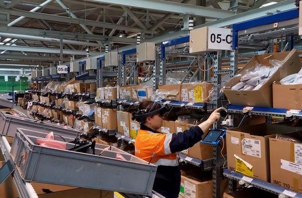 Работники завода Форд Sollers тестируют очки дополненной реальности напроизводстве