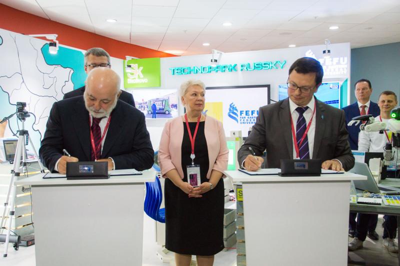 Васильева иВексельберг вручили ордер напереезд первому резиденту технопарка российский