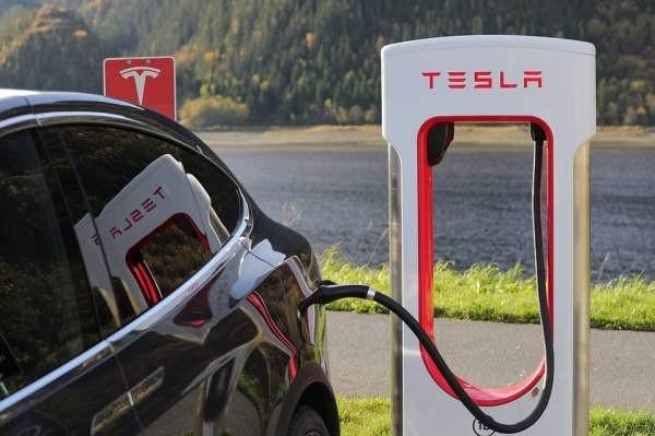 В «Связном» можно заказать электромобиль Tesla