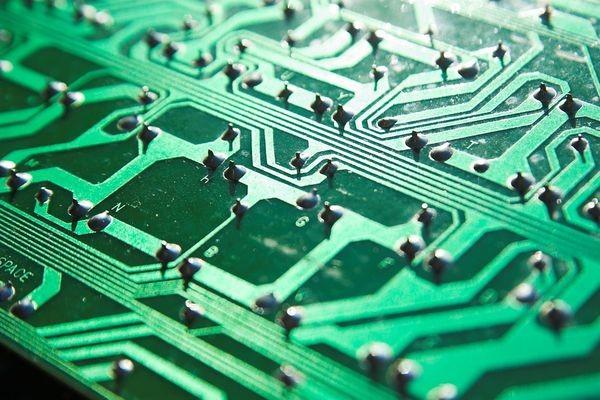 Передатчик защищает данные от перехвата быстрой сменой частот и шифрованием