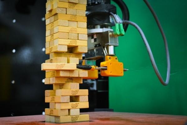 В МТИ робота научили играть в Дженгу