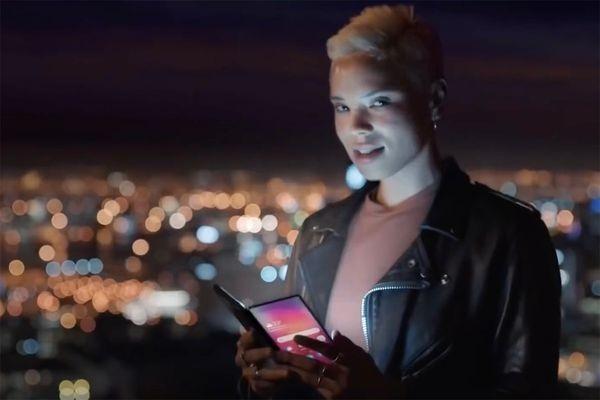 В рекламе Samsung показали смартфон со складным экраном