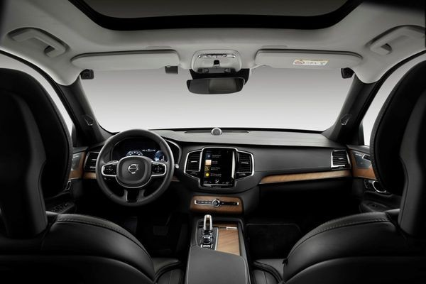 Автомобили Volvo будут сами останавливаться, если водитель отвлекся от дороги