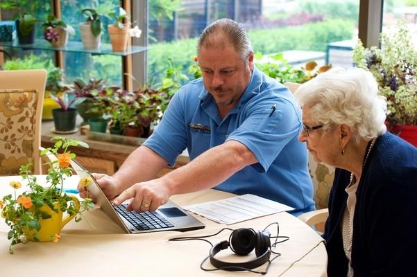 Электронные браслеты помогут не теряться пациентам дома престарелых