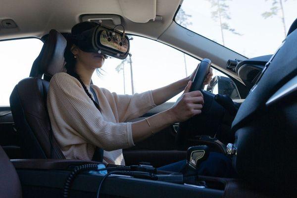 Испытатели Volvo водят машины в шлемах виртуальной реальности