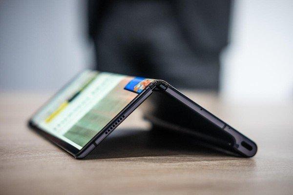 Huawei откладывает выпуск смартфона со складным экраном