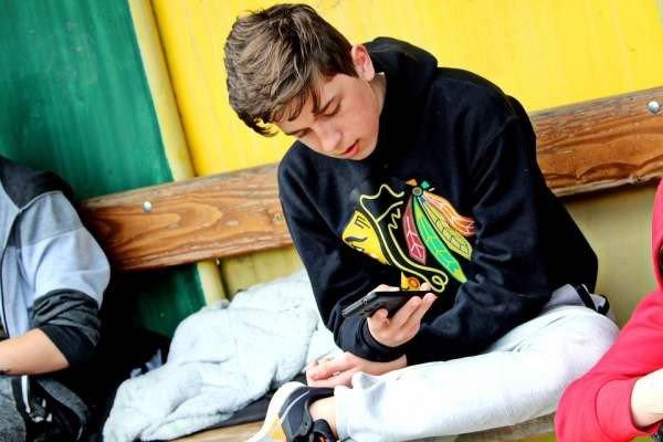 Рособрнадзор не запретит использование телефонов в школах