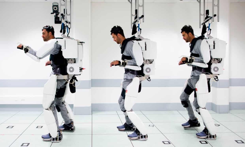 Полностью парализованный пациент передвигается при помощи экзоскелета