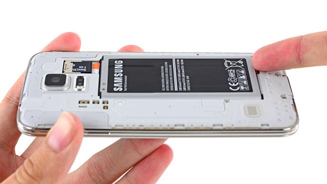 Производителей заставят вернуть в смартфоны сменные аккумуляторы