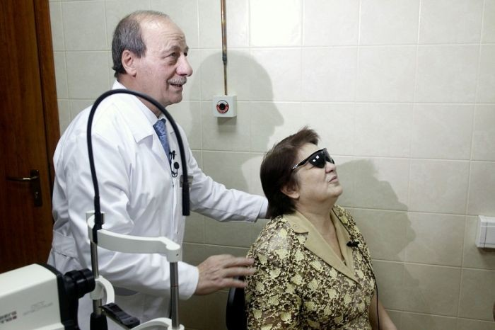 Бионический глаз смогли пересадить хирурги слепой пациентке в российской столице
