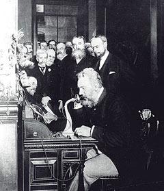 Александр Белл демонстрирует свое изобретение