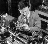 В январе 1966 года Чарльз Као, работавший тогда в английской лаборатории Standard Telecommunication Laboratories, представил результаты своих исследований