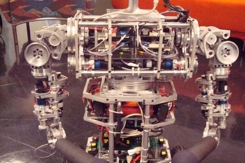 uBot-5 может подняться с пола, сохранять равновесие при движении рук и обучаться на основании взаимодействия с окружающей средой. В этом роботе установлен процессор Celeron.