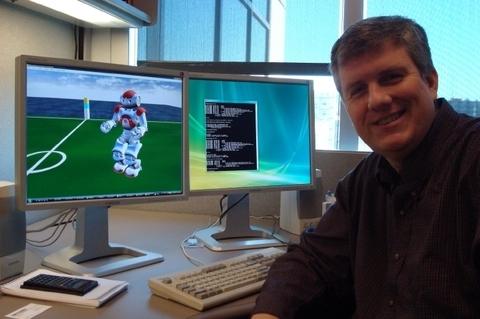 Старший разработчик Microsoft Robotics Group Кайл Джонс работает над средой Microsoft Visual Simulation Environment, которая позволит программистам тестировать программы виртуально до их загрузки в роботы.