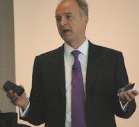 По мнению Аймара де Ленквисайнга, выпуск смартфонов по значительно меньшим ценам, чем предлагаемые сейчас модели, - самый надежный способ увеличить годовые темпы распространения смартфонов
