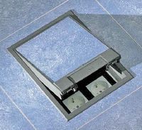Рисунок 4. Лючок представляет собой корпус с крышкой, который укладывается вместо панели фальшпола или вставляется в имеющийся в ней вырез. С помощью специальных коробок лючок можно заливать в пол. В днище и/или боковых стенках проделаны отверстия для ввода кабеля, которые, как и крышка, снабжены уплотнителями. Для вывода соединительных шнуров и силовых кабелей на крышке предусматривается отгиб или еще одна небольшая крышка с фиксатором в открытом положении.