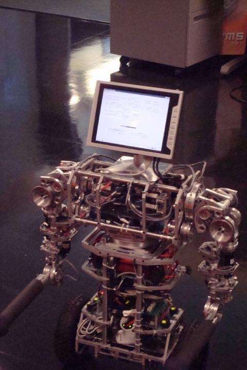 uBot-5 приспособлен для перемещения в традиционной среде человеческого жилища и со временем может быть использован для помощи престарелым.