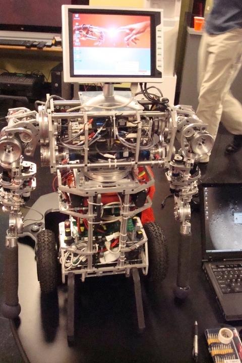 uBot-5 – динамически устойчивый робот на двух колесах, имеющий две руки и вращающийся корпус.