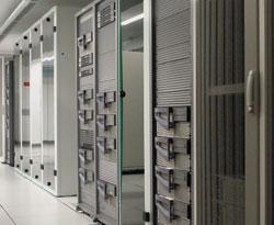 Многие компании сегодня решают задачи модернизации или создания новых центров обработки данных: им либо просто не хватает имеющегося пространства, либо оно не удовлетворяет их потребностям вновых технологиях. Закладывается первый камень вфундамент центров следующего поколения. При этом простая модернизация существующих центров не всегда позволяет задействовать все современные подходы. На фото: дата-центр международной компании Jet Multimedia, крупного оператора мобильных иInternet-сервисов