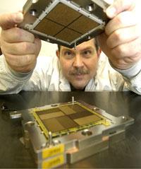 Технические специалисты IBM собирают на заводе компании многопроцессорный модуль Multi-chip Module