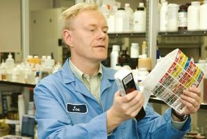 Технологический директор Color Resolutions International Джо Шинклерт проводит лабораторные исследования краски на готовой этикетке
