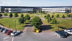 Завод расположен вшотландской «Кремниевой долине», где сконцентрированы производства многих компаний из сферы высоких технологий; власти создали здесь благоприятные условия для инвесторов