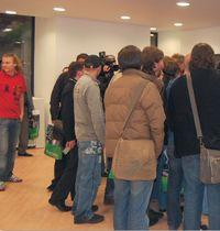 «МегаФон»: полночь, но покупатели самоотверженно пришли за первыми iPhone 3G